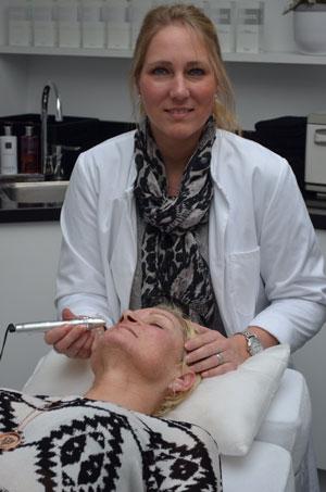 Diana bezig met een behandeling